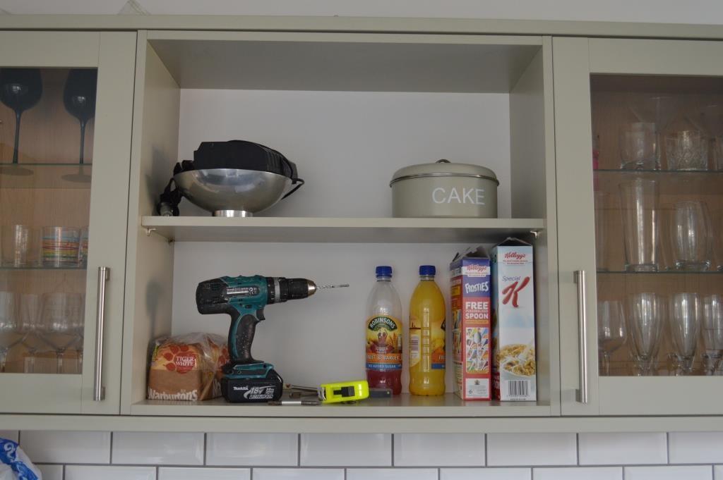 Wallpaper kitchen shelves 01
