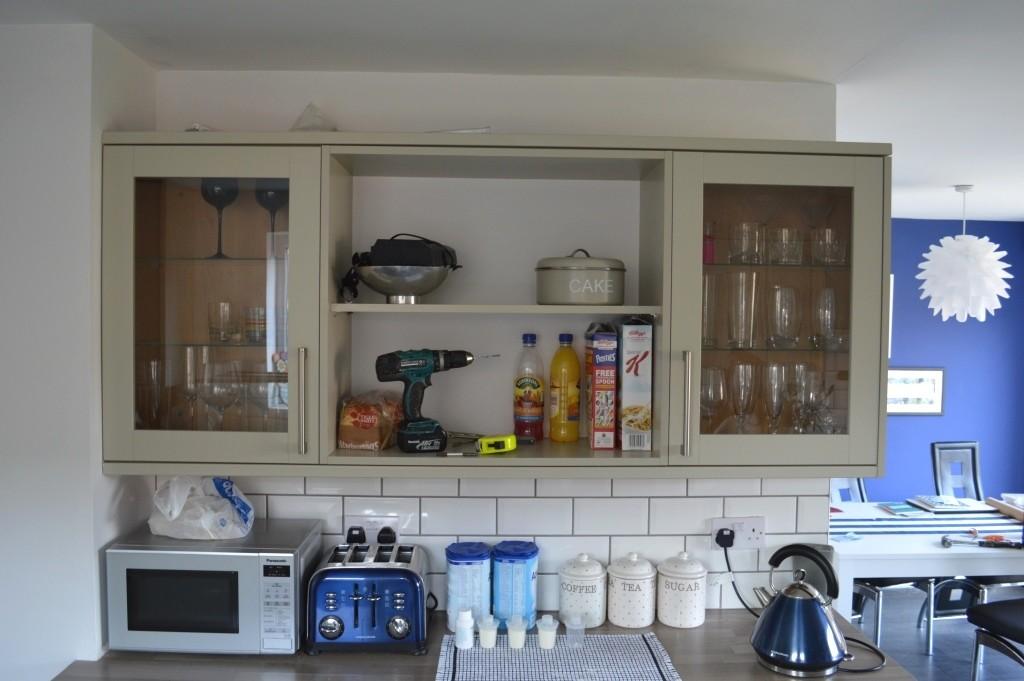 Wallpaper kitchen shelves 02