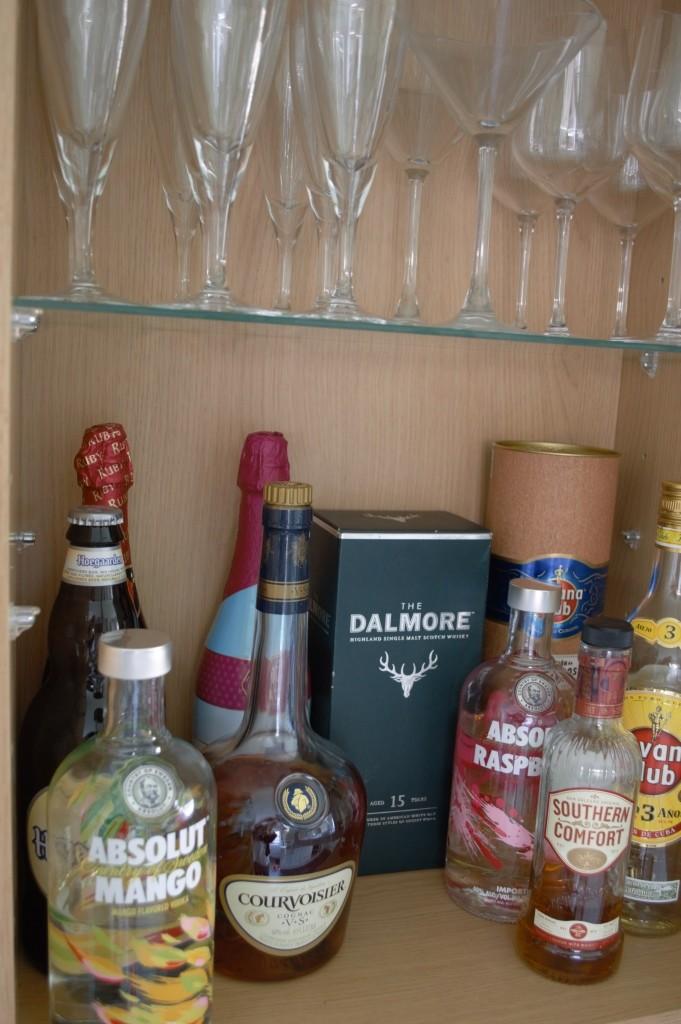Wallpaper kitchen shelves 09